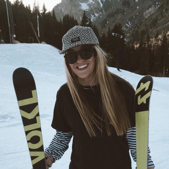 Lizzie Beck Skier Kulkea